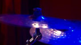 Musiker spelar p? diskot lager videofilmer