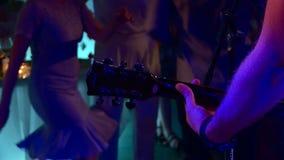 Musiker spielen an der Disco stock video