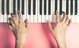 Musiker spielt auf Tastatur lizenzfreie stockfotos