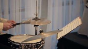 Musiker spielt auf Trommelgitarre in einem Konzert stock footage