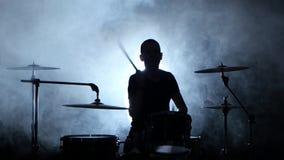 Musiker spielt Berufs- gute Musik auf Trommeln unter Verwendung der Stöcke Rauchiger Hintergrund Schattenbild stock video
