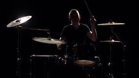Musiker spielt Berufs- gute Musik auf Trommeln unter Verwendung der Stöcke Schwarzer Hintergrund Schattenbild Langsame Bewegung stock video footage