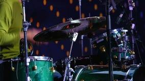 Musiker spielt den Trommelsatz stock video