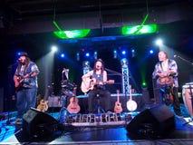 Musiker Tavana und Keith Batlin spielen Gitarre und singen mit Leon Lizenzfreies Stockbild