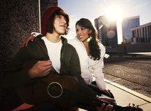 Musiker und hübsche Freundin im Stadtzentrum gelegen lizenzfreies stockfoto
