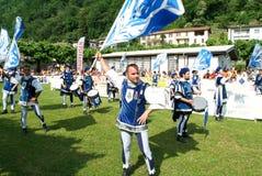 Musiker und Tänzer in der mittelalterlichen Kleidung bei Mendrisio Lizenzfreies Stockbild