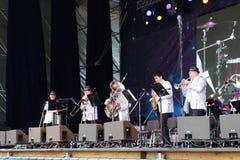 Musiker utför på nätter för festivalen för öppen luft vita Royaltyfria Bilder