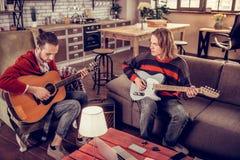 Musiker, welche die Jeans komponieren neue Melodie für das Lied tragen lizenzfreie stockbilder