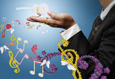 Musiker zeigt klassische Gitarren- und Blumenmusik Stockfotografie