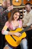 Musikerflicka som spelar den akustiska gitarren Arkivfoto