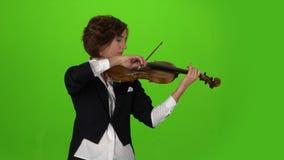 Musikerflickan spelar fiolen grön skärm arkivfilmer