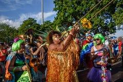 Musikerfrau bedeckt mit dem Lametta, das Posaune bei Bloco Orquestra Voadora in Flamengo-Park, Carnaval 2017 spielt Stockfoto