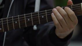Musikergitarrist, der oben Akkorde auf E-Gitarren-Abschluss, Musikhobby spielt stock video footage