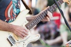Musikerhänder som spelar countrymusik på gitarren Arkivbilder