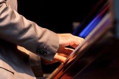 Musikerhand, die Klavier spielt Lizenzfreie Stockfotos
