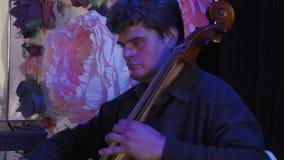 Musikerlek på kontrabas på berömhändelse konsert aktör garnering lager videofilmer