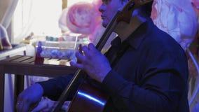 Musikerlek på kontrabas på berömhändelse konsert lampor garnering lager videofilmer