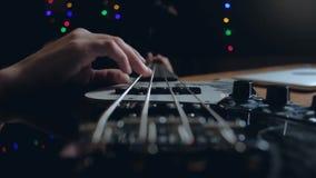 Musikerlekar på elbasen i studion arkivfilmer