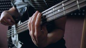 Musikerlekar på elbasen i studion stock video