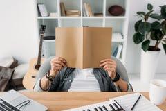 Musikerlesezeitschrift Lizenzfreie Stockfotografie