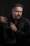 Musikermann sitzt mit Gitarre Stockbilder