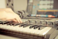 Musikern antecknar musik på musikstudio fotografering för bildbyråer