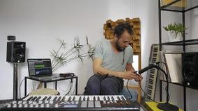 Musikern får i hem- musikstudio som in pluggar mikrofonen arkivfilmer