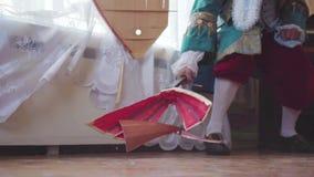 Musikern i en gammal klänning bryter balalajkan materiel Begreppsmässig retro längd i fot räknat stock video