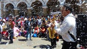 Musikern på det traditionellt ståtar under karnevalet, Ecuador royaltyfri bild