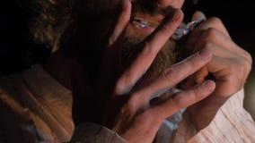 Musikern som spelar etniska instrument Skäggig man som spelar harpan för jew` s Mannen spelar harpacloseupen royaltyfri fotografi