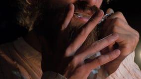 Musikern som spelar etniska instrument Skäggig man som spelar harpan för jew` s Mannen spelar harpacloseupen fotografering för bildbyråer