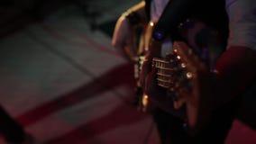 Musikern spelar den elektriska gitarren arkivfilmer
