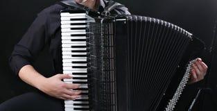 Musikern spelar dragspelet royaltyfri fotografi