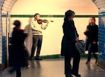 Musikern spelar fiolgångtunnelen Royaltyfri Bild