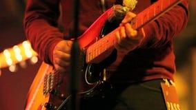 Musikern spelar gitarren
