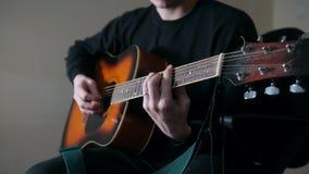 Musikern spelar gitarren, räcker tätt upp lager videofilmer