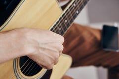 Musikern spelar gitarren, rader, ackordet, gitarrist fotografering för bildbyråer