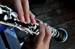 Musikern spelar klarinetten Fotografering för Bildbyråer