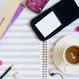 Musikers skrivbord med den musikark, koppen kaffe och röra arkivfoto