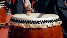 Musikerschlagzeuger-Spiel taiko trommelt Chu-daiko draußen Züchten Sie Volksmusik von Asien Korea, Japan, China stock video