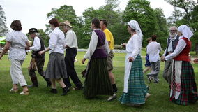 Musikerspielakkordeon und -leute tanzen Volkstänze in den Paaren stock video footage