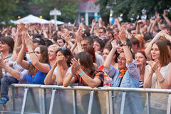 Musikfans applåderar på konserten av den Chaif rockbandet Royaltyfri Fotografi