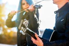 Musikgataaktörer med flickaviolinisten Music i sol rays Royaltyfria Bilder