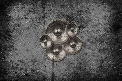 Musikhögtalare på en betongvägg Arkivbild