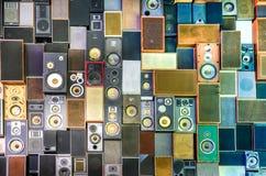 Musikhögtalare på väggen i retro tappning utformar royaltyfria bilder