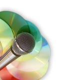 Musikhintergrund mit Mikrofon und Platten Stockfoto