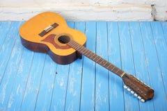 Musikinstrument - Akustikgitarre-Ziegelstein backgro der Zwölf-Schnur Lizenzfreies Stockfoto