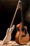 musikinstrument, akustisk gitarr och elbas och ett slagverksinstrumentvalsar arkivbilder