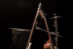 musikinstrument, akustisk gitarr och elbas och ett slagverksinstrumentvalsar royaltyfri fotografi