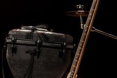 musikinstrument, akustisk gitarr och elbas och ett slagverksinstrumentvalsar royaltyfri bild